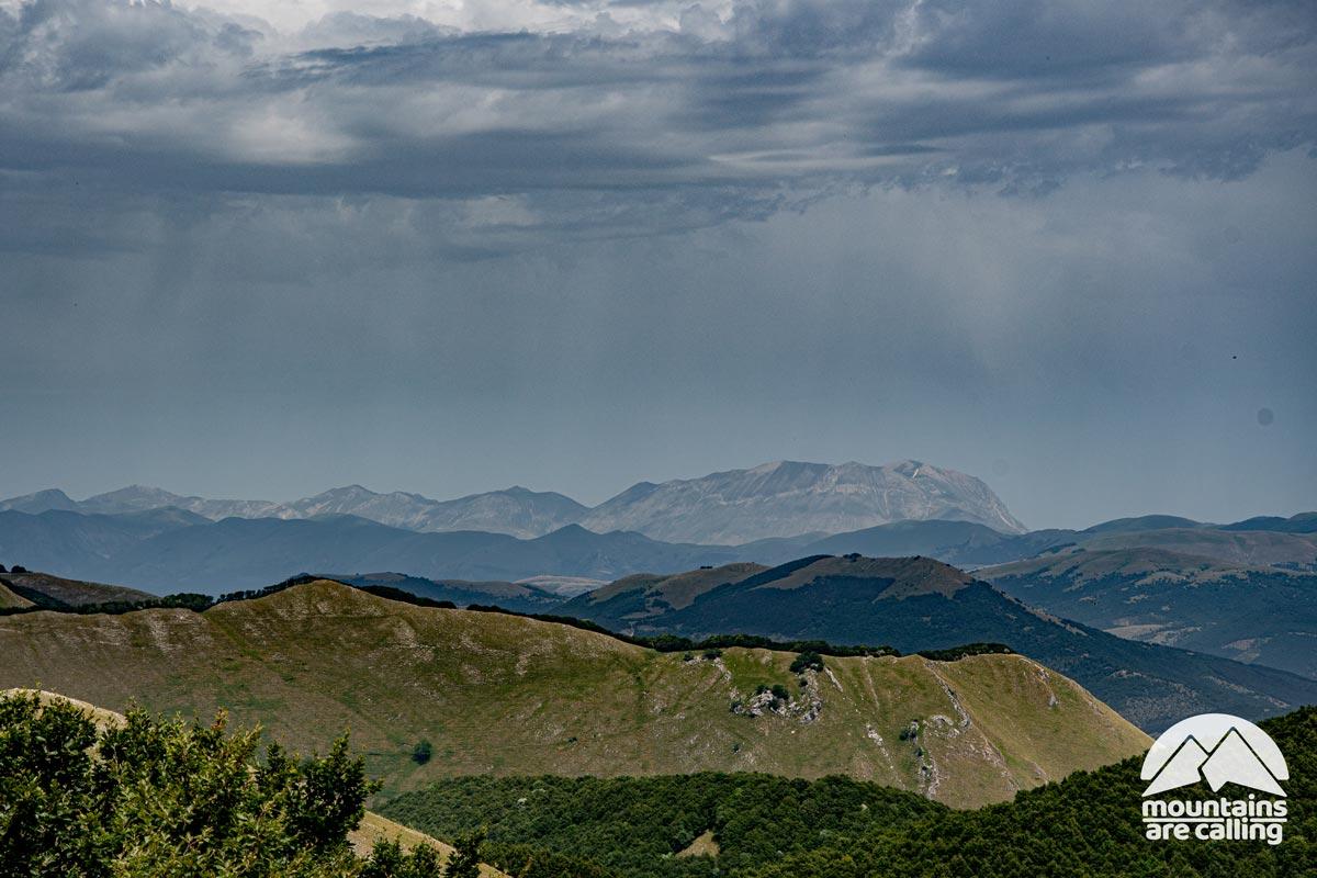 paesaggio di montagna con delle nuvole