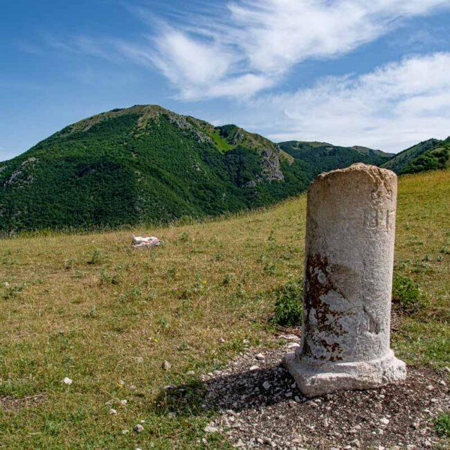 Cippo di confine sulle montagne