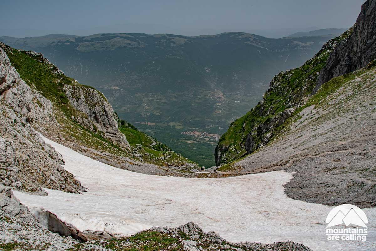canalino di montagna con nevaio