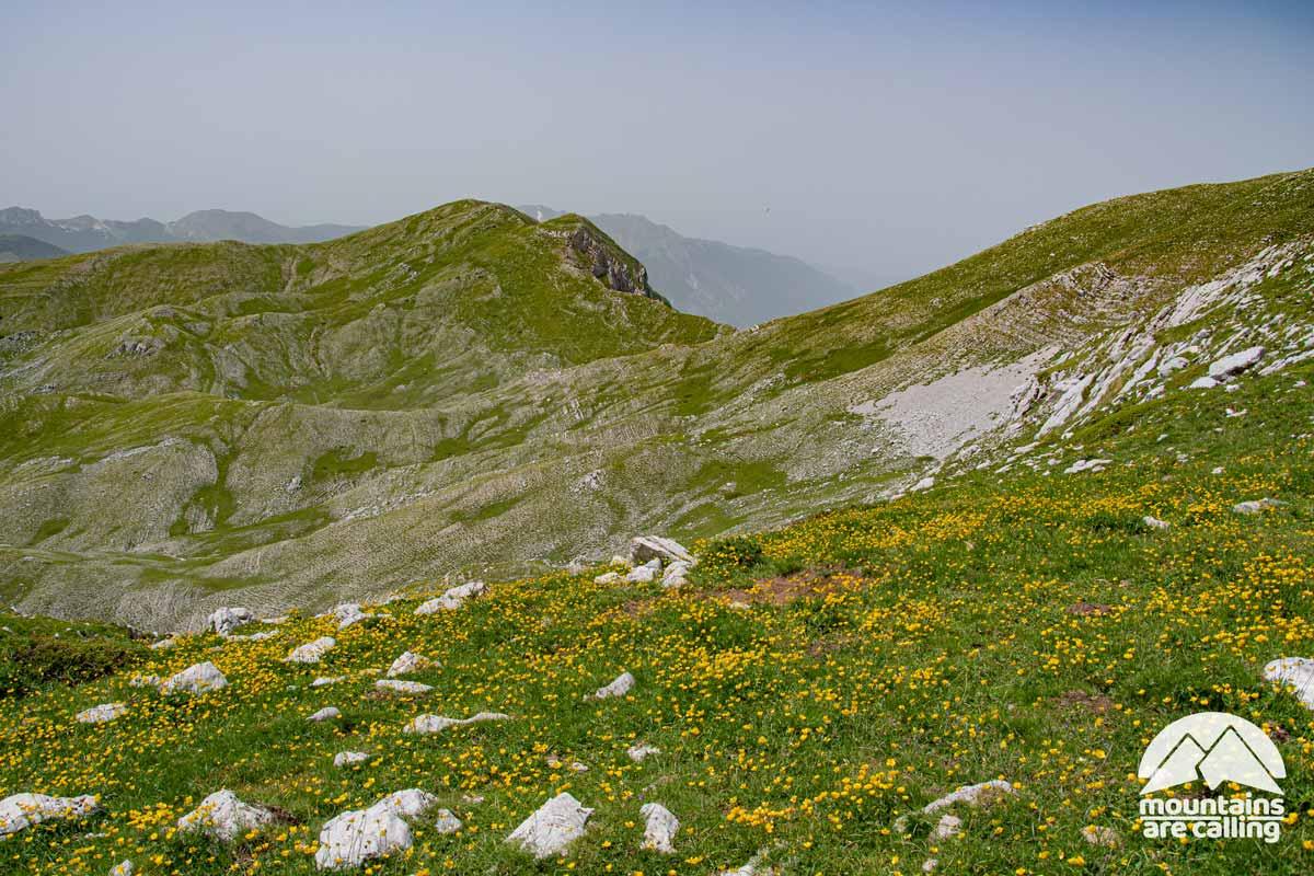 una montagna spoglia in estate