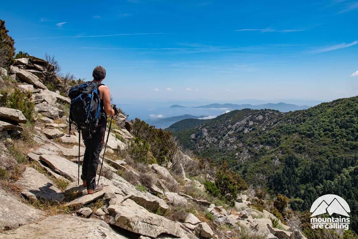 Escursionista che guarda il mare da una montagna