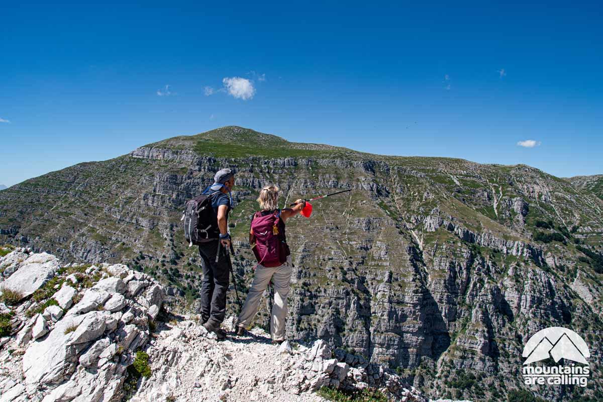 escursionisti che osservano un panorama d'alta montagna
