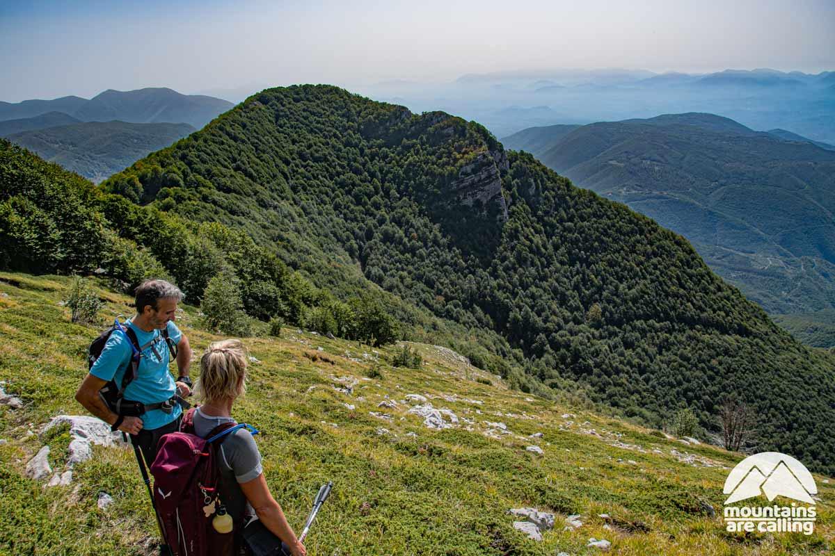 escursionisti che osservano il panorama da una montagna