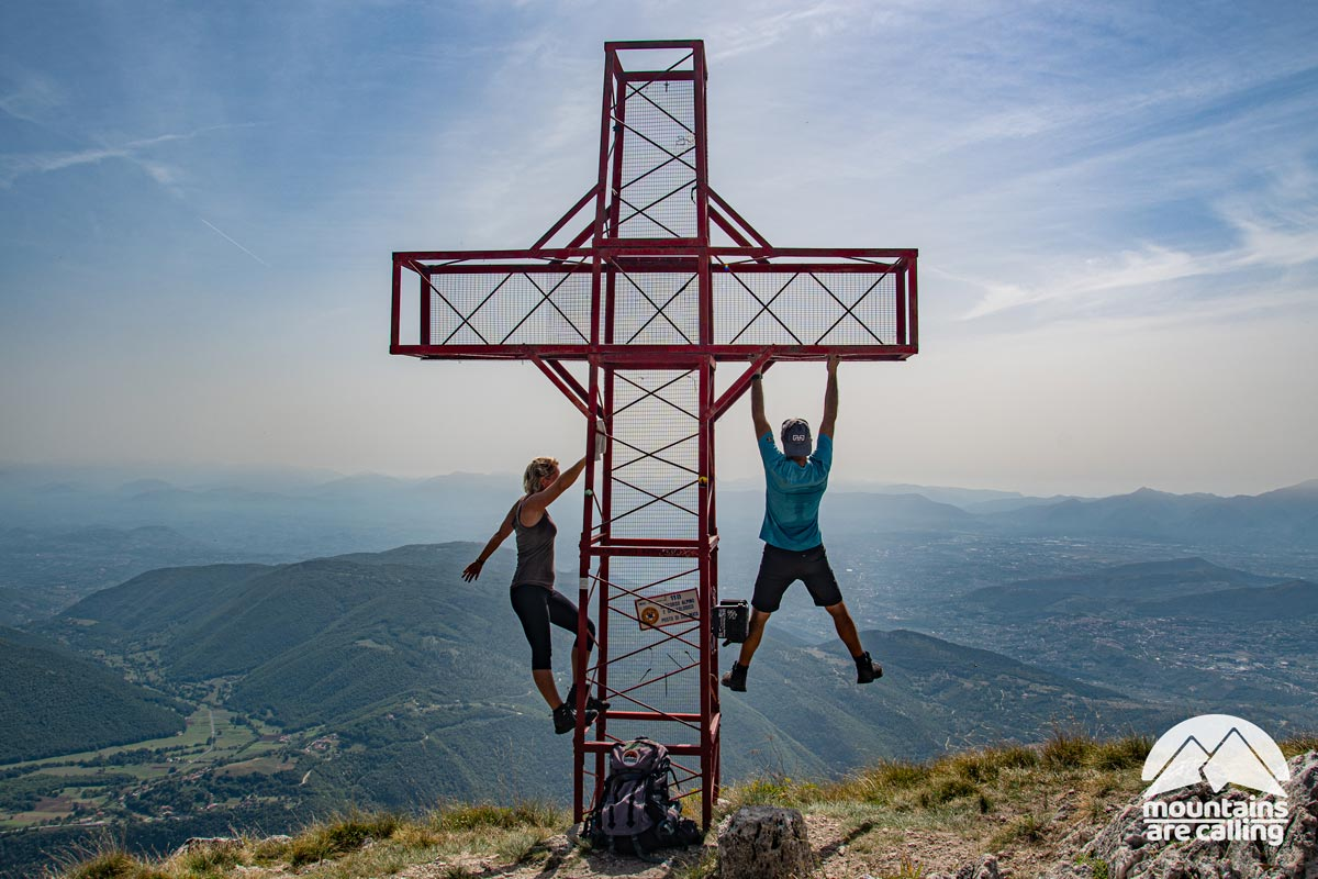 escursionisti sulla vetta di una montagna