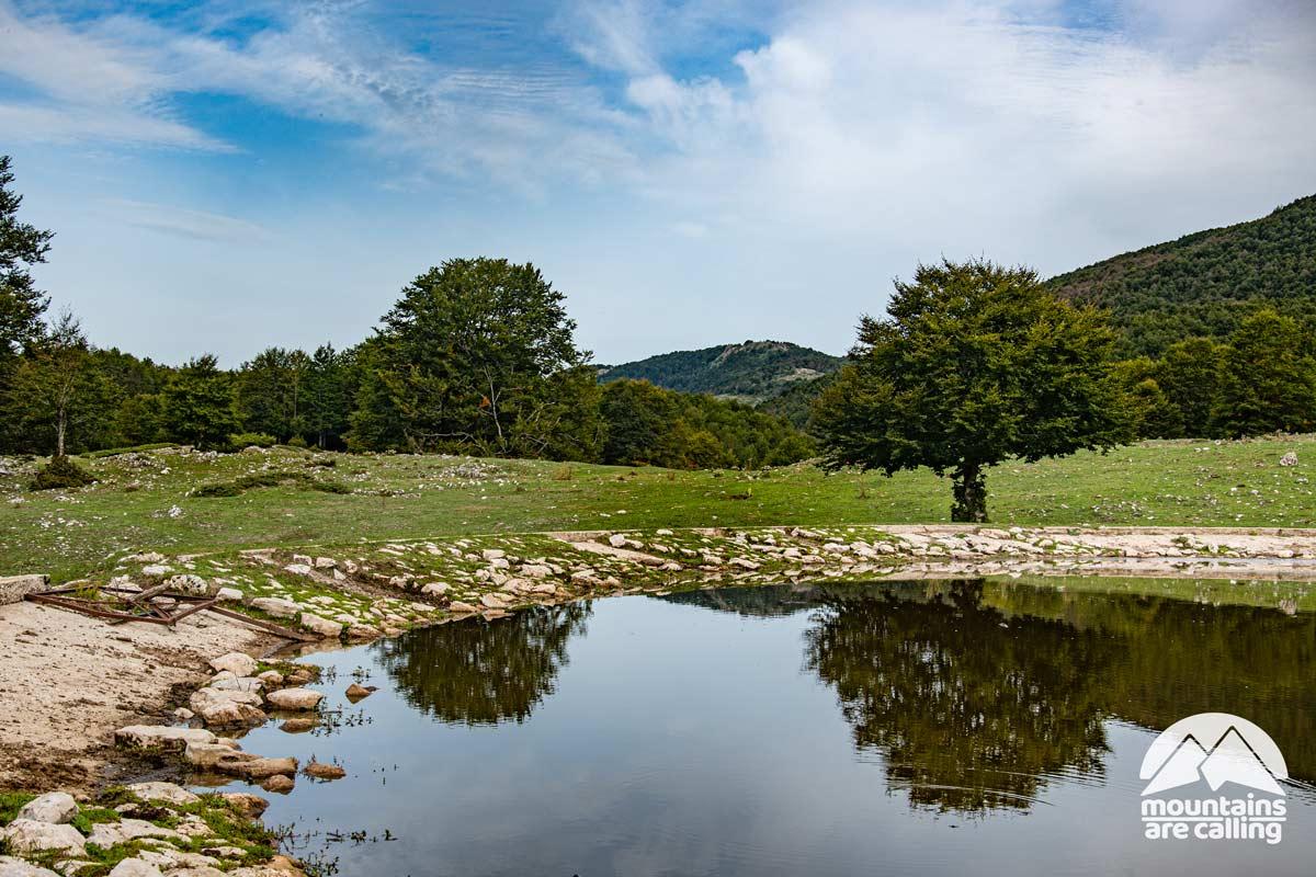 piccolo lago di un altopiano montano