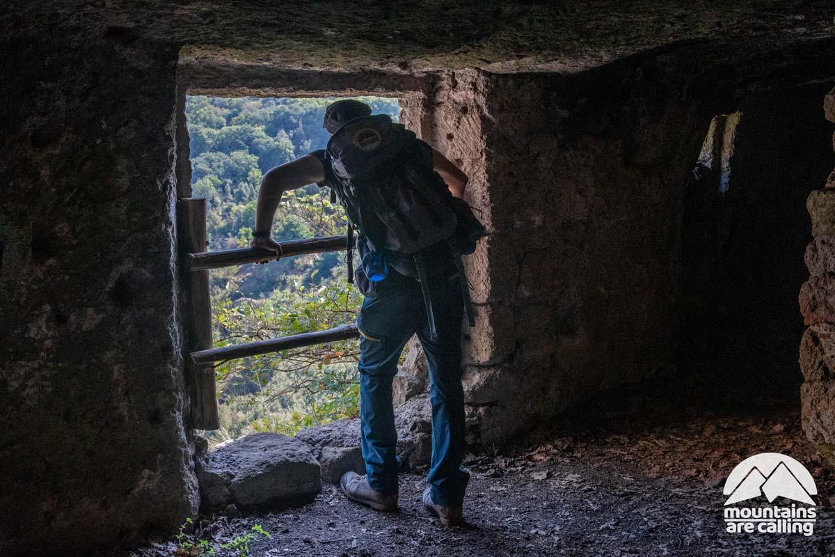 escursionista all'interno di un casa sotterranea